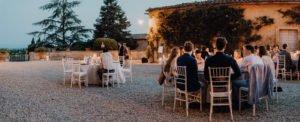 """Fotografen: Gregor und Lena Enns www.enns-fotografie.dehttps://www.facebook.com/enns.fotografie/Link zu den Bildern: https://enns-fotografie.pixieset.com/einsendung-toscanaweddingWeddingplaner: Claudia Gambacciani von """"Blossomy"""" event creation and planning www.blossomy.itClaudia ist eine kleine und wirklich zauberhafte Person. Ansässig ist Sie in Livorno Italien. Mit viel Liebe zum Detail hat Sie das Fest für Lisa und Severin in der Villa Catignano oranisiert. Nicht überladen, sondern eher geradlinig, mediterran mit Boho Einfluss zog war alles in sich stimmig. Location: Villa Catignano https://www.facebook.com/Villa-Catignano-480380235450737/http://www.villacatignano.it/Die Villa Catignano ist ein Traum von einer Location. In der Nähe von Siena liegt sie in der wunderschönen Toskana. Umringt von Jahrhunderte alten Zypressen bietet sie alles was das Herz für eine mediterrane Hochzeit sich wünscht. Ein großer Innenhof , der auch für große Gesellschaften geeignet ist, eine eigene Kapelle, einen kleinen Lustgarten mit Springbrunnen. Die Außenanlage bietet unzählige Möglichkeiten für z.B. freie Trauungen. Die Villa an sich bietet ausreichend Platz um auch die Gäste unterzubringen. Musik: https://www.facebook.com/veeblefetzer/http://www.veeblefetzer.itDie Veeblefetzer sind ein Brass"""