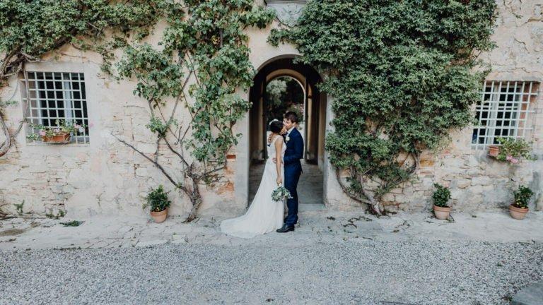 """Fotografen: Gregor und Lena Enns www.enns-fotografie.dehttps://www.facebook.com/enns.fotografie/Link zu den Bildern: https://enns-fotografie.pixieset.com/einsendung-toscanaweddingWeddingplaner: Claudia Gambacciani von """"Blossomy"""" event creation and planning www.blossomy.itClaudia ist eine kleine und wirklich zauberhafte Person. Ansässig ist Sie in Livorno Italien. Mit viel Liebe zum Detail hat Sie das Fest für Lisa und Severin in der Villa Catignano oranisiert. Nicht überladen, sondern eher geradlinig, mediterran mit Boho Einfluss zog war alles in sich stimmig. Location: Villa Catignano https://www.facebook.com/Villa-Catignano-480380235450737/http://www.villacatignano.it/Die Villa Catignano ist ein Traum von einer Location. In der Nähe von Siena liegt sie in der wunderschönen Toskana. Umringt von Jahrhunderte alten Zypressen bietet sie alles was das Herz für eine mediterrane Hochzeit sich wünscht. Ein großer Innenhof , der auch für große Gesellschaften geeignet ist, eine eigene Kapelle, einen kleinen Lustgarten mit Springbrunnen. Die Außenanlage bietet unzählige Möglichkeiten für z.B. freie Trauungen. Die Villa an sich bietet ausreichend Platz um auch die Gäste unterzubringen. Musik: https://www.facebook.com/veeblefetzer/http://www.veeblefetzer.itDie Veeblefetzer sind ein Brass'n'Roll Band aus Rom. Uns war dieser Stil bis Dato nicht so geläufig. Aber die Stimmung, die die Band erzeugte zeigte uns neue Horizonte auf. So wahnsinnig mitreißend und ansteckend. Sie haben es geschafft , die gesamte Gesellschaft bis fünf Uhr morgens auf den Beinen zu halten. Die Band ist international bekannt und gibt europaweit Konzerte und ist natürlich auch für persönliche Feste buchbar. Prädikat: sehr sehr empfehlenswert!"""